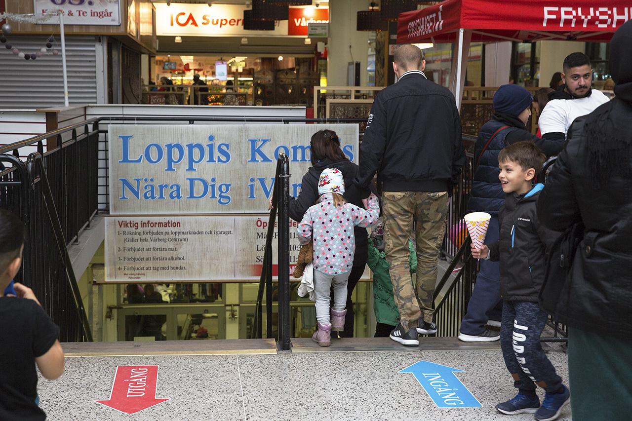 Familj besöker Loppmarknaden i Vårbergs Centrum