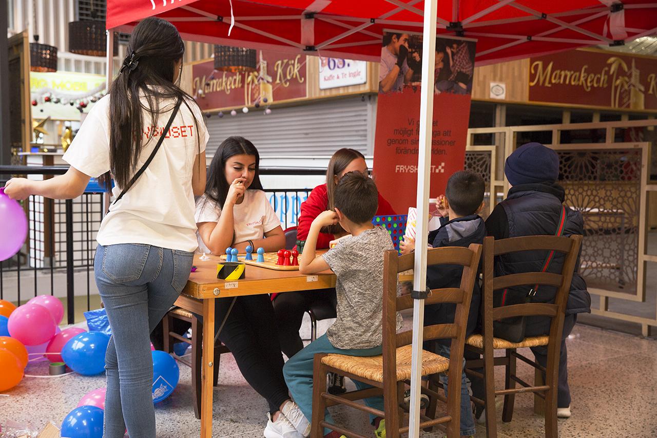 Barn spelar spel i Vårbergs Centrum