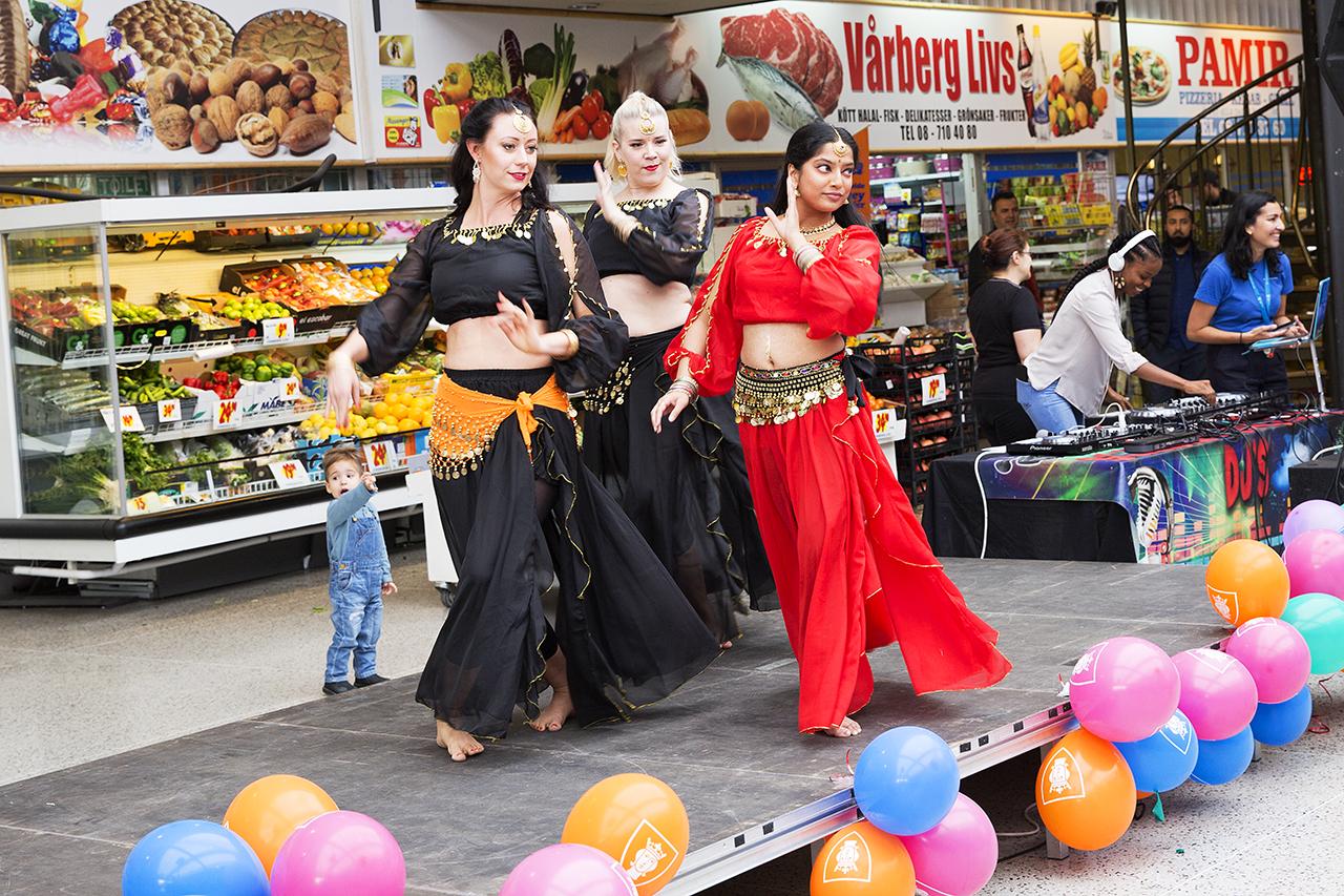 Bollywood dansuppvisning i Vårbergs Centrum