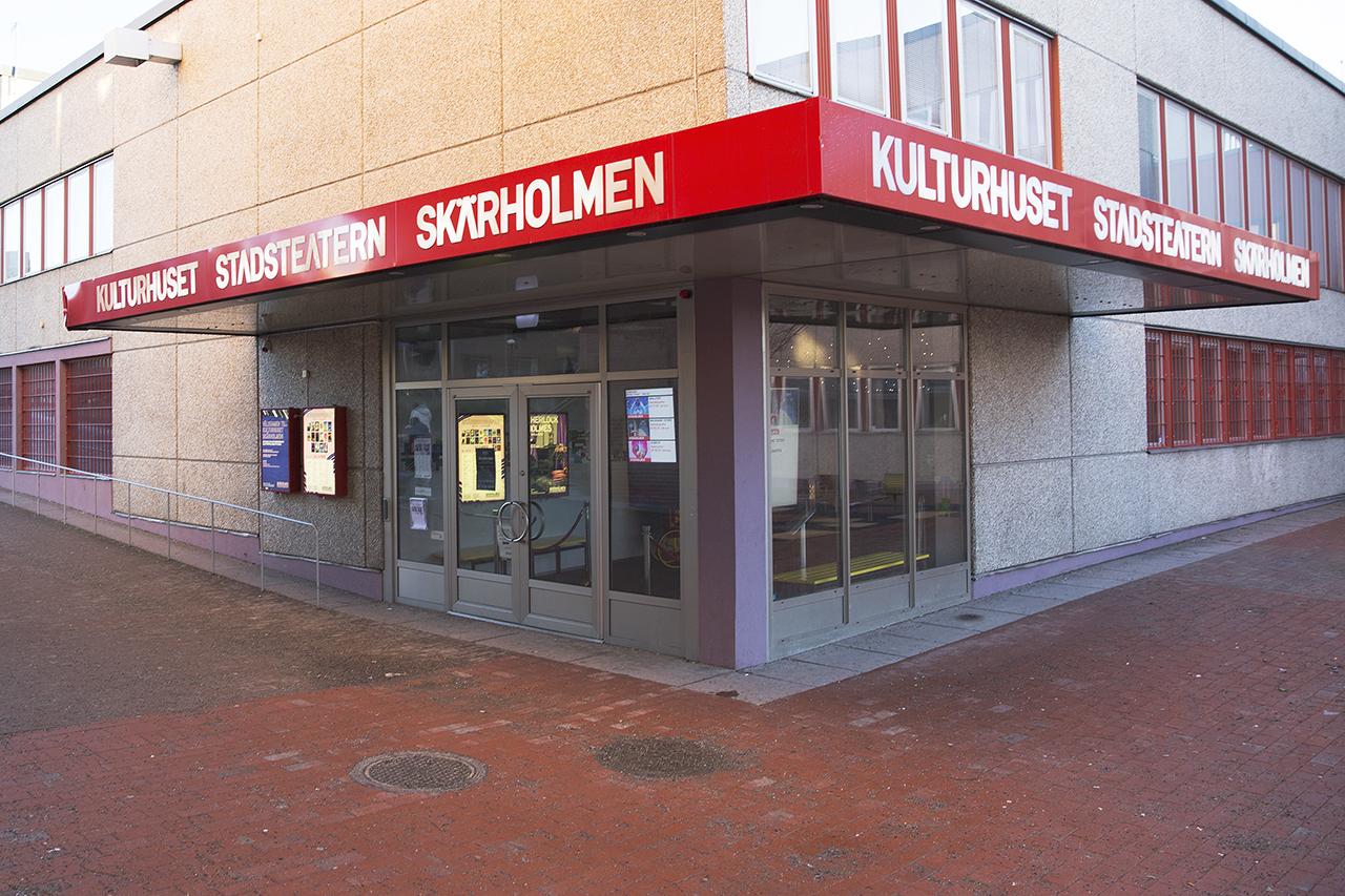 Snett mitt emot Skärholmshallen.