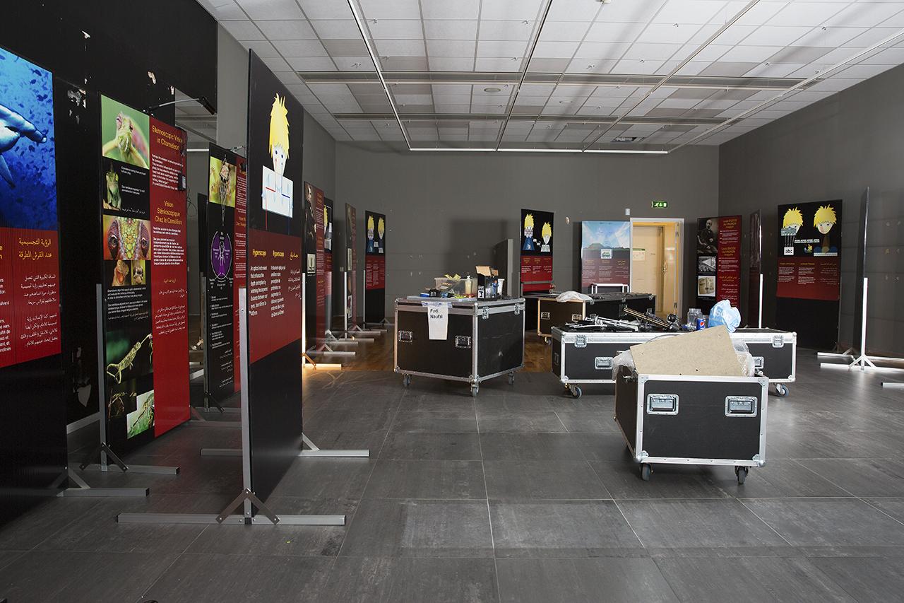 Utställningspaneler i väntan på belysning och experiment.