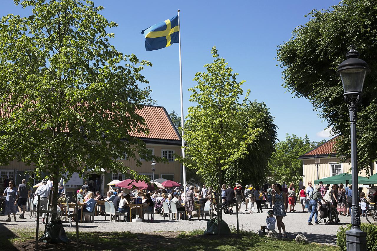 Svensk flagga och glatt humör i topp.