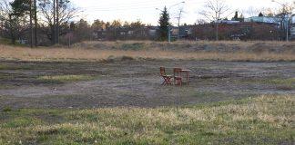 Ett bord och ett par stolar i Kyrkgropen